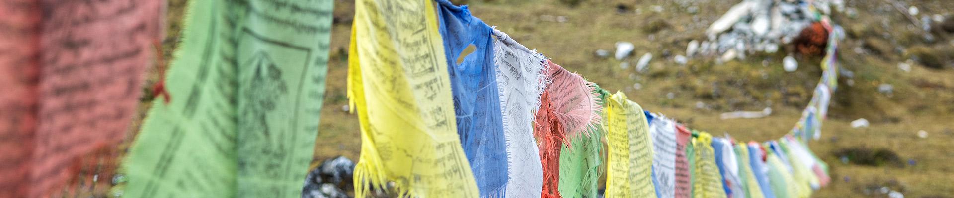 Top image drapeaux de prières à Jare La, Bhoutan