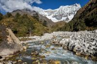 Rivière devant le majestueux Gangchhenta, Bhoutan
