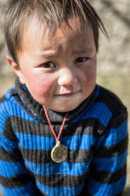 Portrait d'un petit garçon timide à Laya, Bhoutan