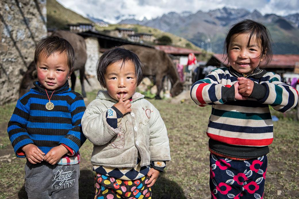 Trois enfants dans le village reculé de Laya, Bhoutan
