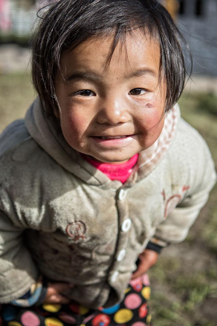 Portrait d'une petite fille dans le village de Laya, Bhoutan