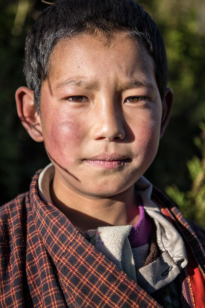 Portrait d'un jeune garçon dans le village de Laya, Bhoutan