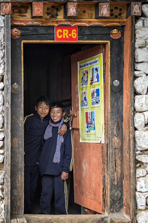 Deux garçons à la porte d'une classe à l'école de Laya, Bhoutan