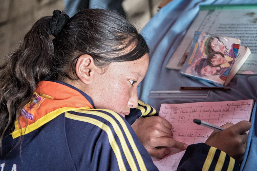 Écolière dans une classe de Laya, Bhoutan