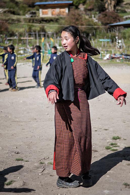 Leçon de danse dans la cour de l'école de Laya, Bhoutan