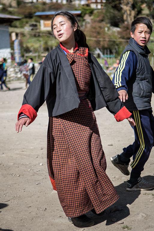 Cours de danse traditionnelle dans la cours d'école de Laya