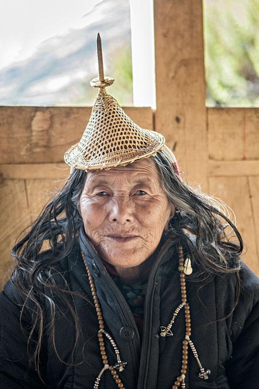 Vieille femme Layap avec son chapeau conique traditionnel, Bhoutan