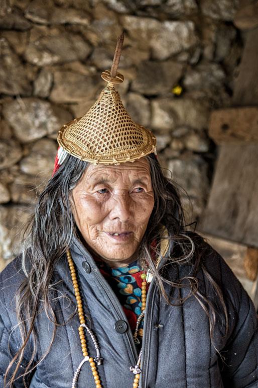 Vieille femme Layap dans sa maison, Bhoutan