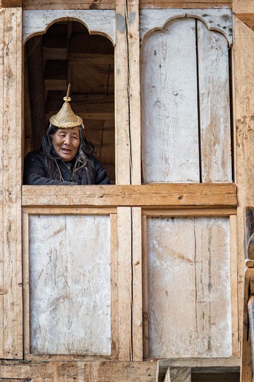Vieille femme Layap à la fenêtre de sa maison, Bhoutan
