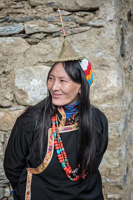 Sourire d'une femme Layap en tenue traditionnelle, Bhoutan
