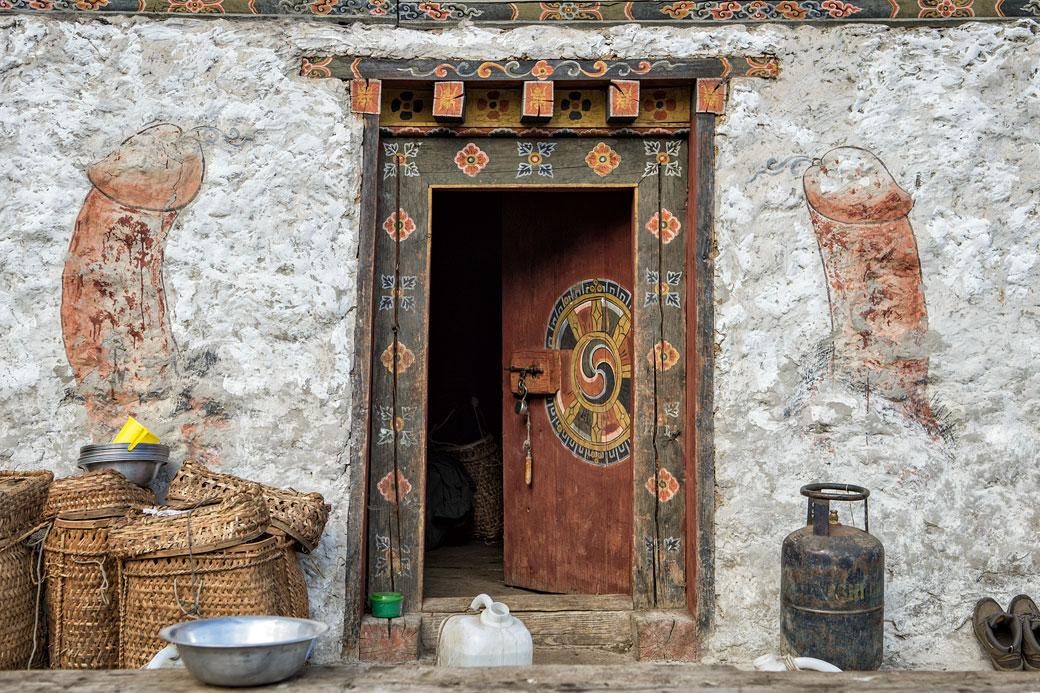 Porte et décorations murales d'une maison de Laya, Bhoutan