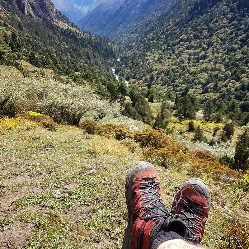 Repos dans une vallée entre Lemithang et Laya, Bhoutan