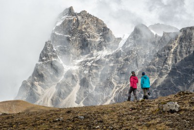 Trekkeuses et montagnes près de Narethang, Bhoutan