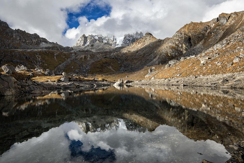 Réflexion des montagnes dans un petit lac près de Narethang, Bhoutan