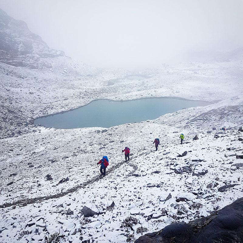 Trekkeurs et petit lac près du col de Karakachu La, Bhoutan