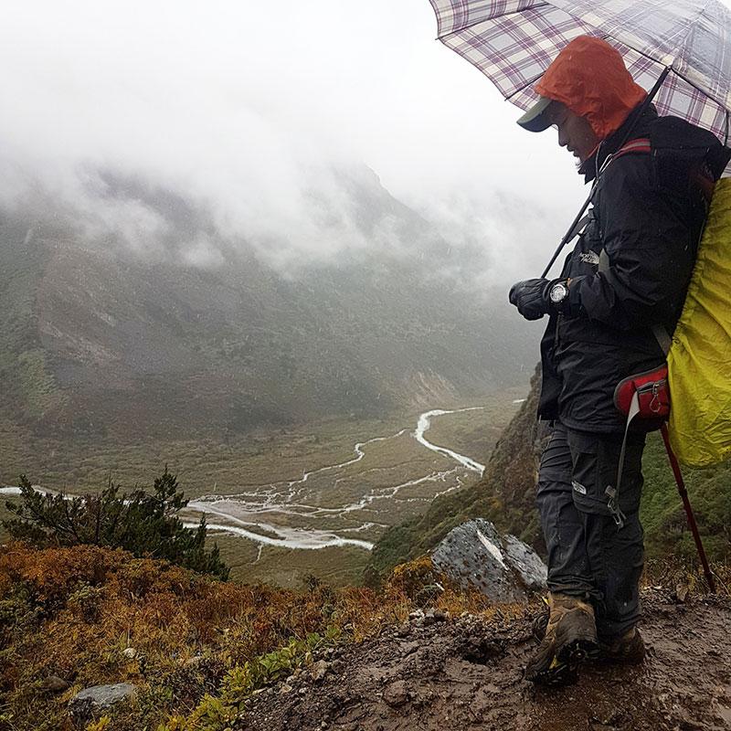 Jigme sous la pluie lors de la descente du Karakachu La, Bhoutan