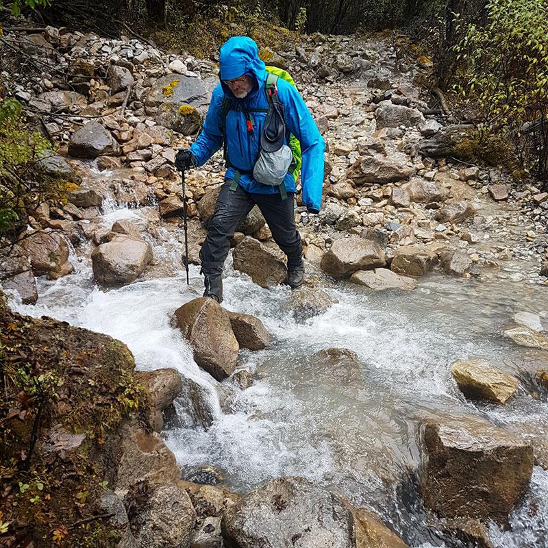 Traversée d'un ruisseau sous la pluie, Bhoutan