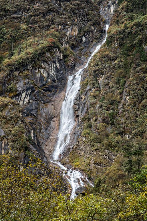 Chute d'eau dans la vallée de Tarina, Bhoutan