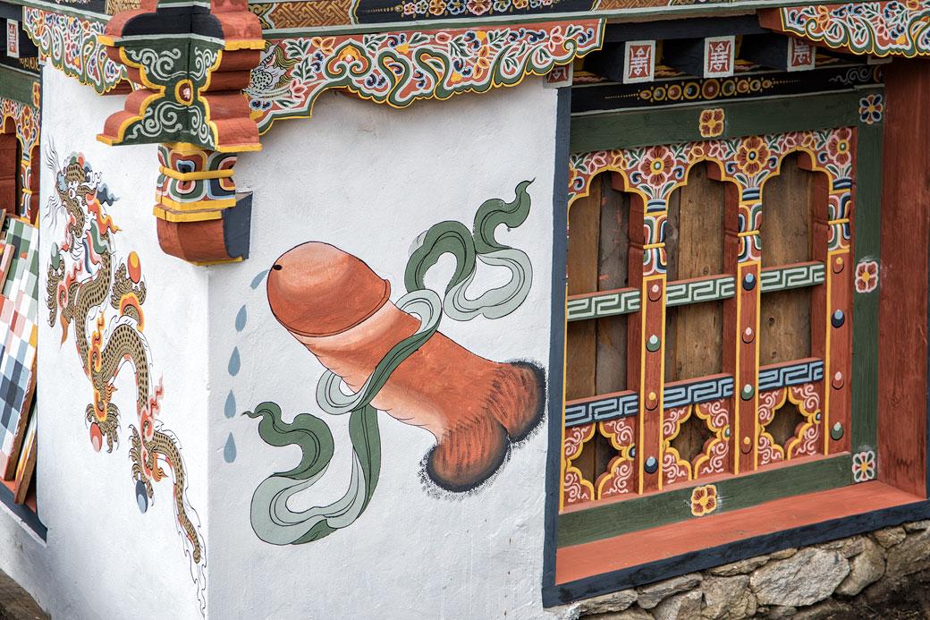 Maison décorée avec un phallus dans le vilage de Woche, Bhoutan