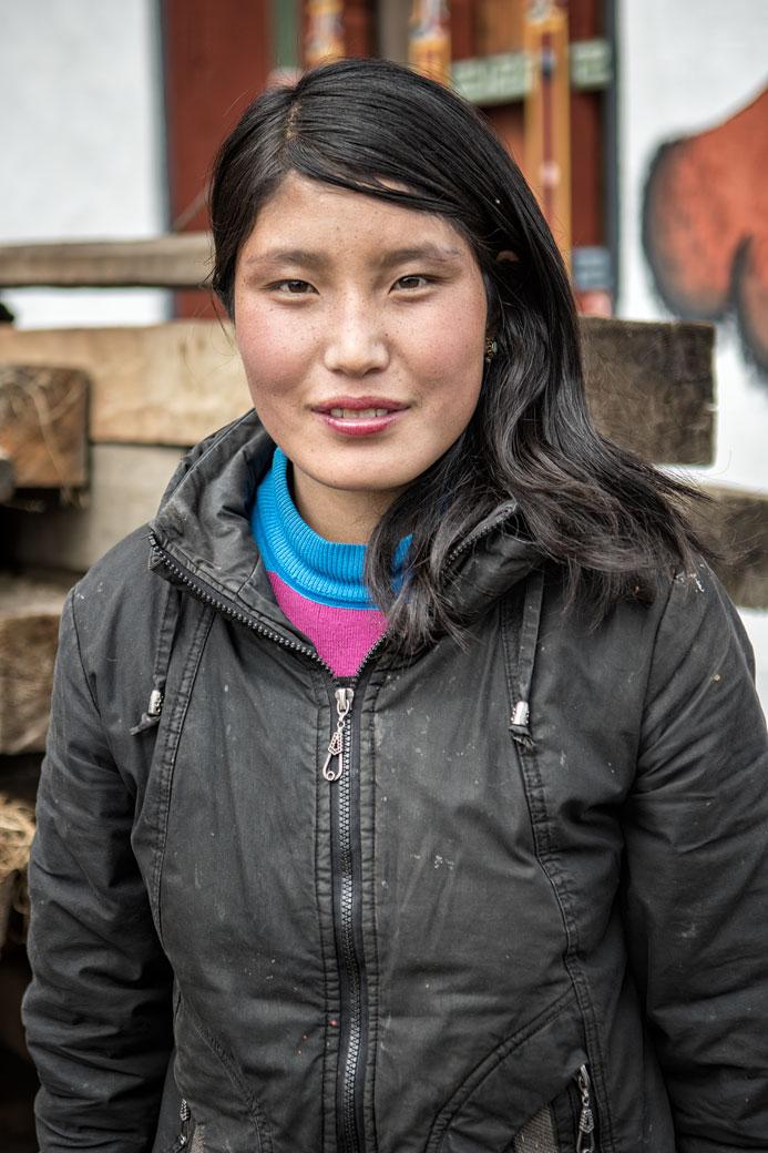 Portrait d'une jeune femme dans le village de Woche, Bhoutan