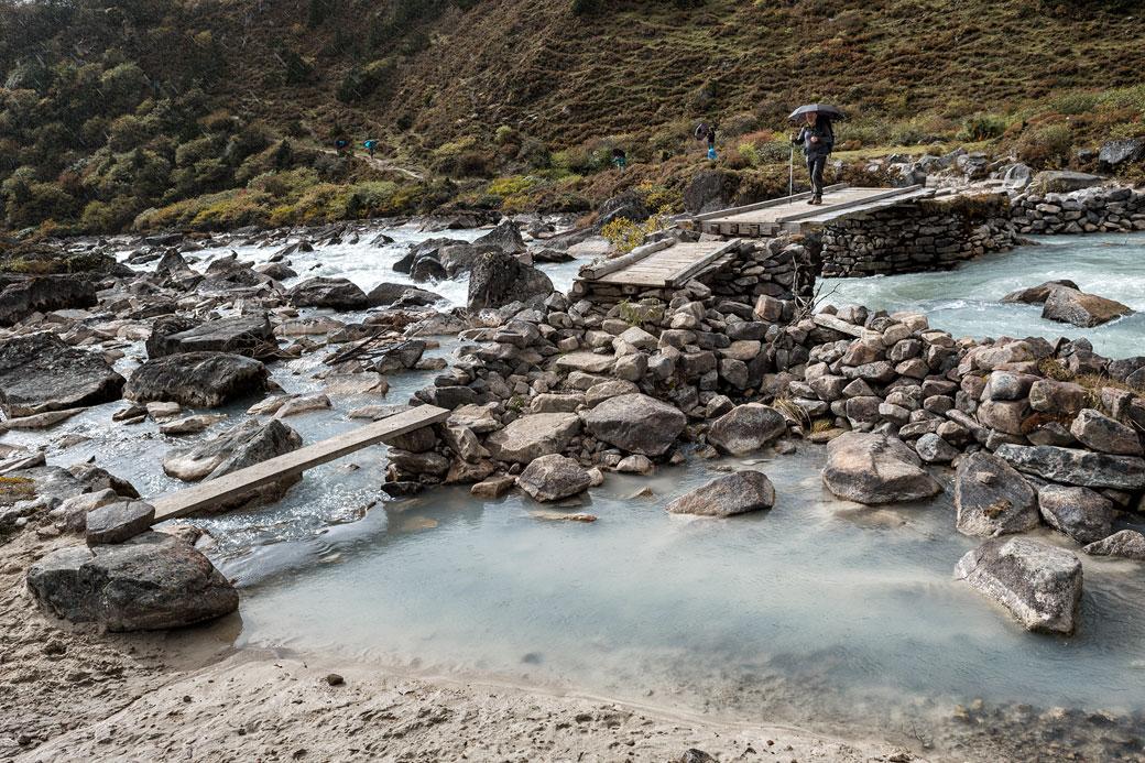 Traversée d'une rivière près du camp de Thrika, Bhoutan