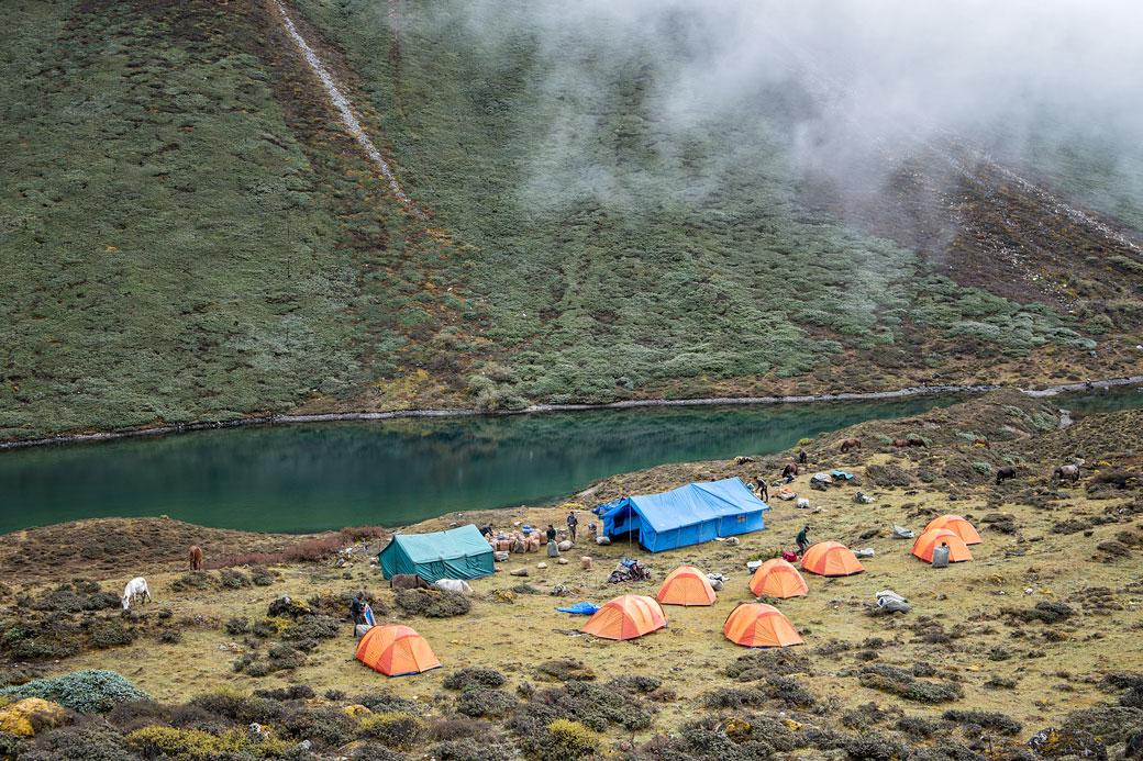 Camp de Thrika près d'un petit lac, Bhoutan