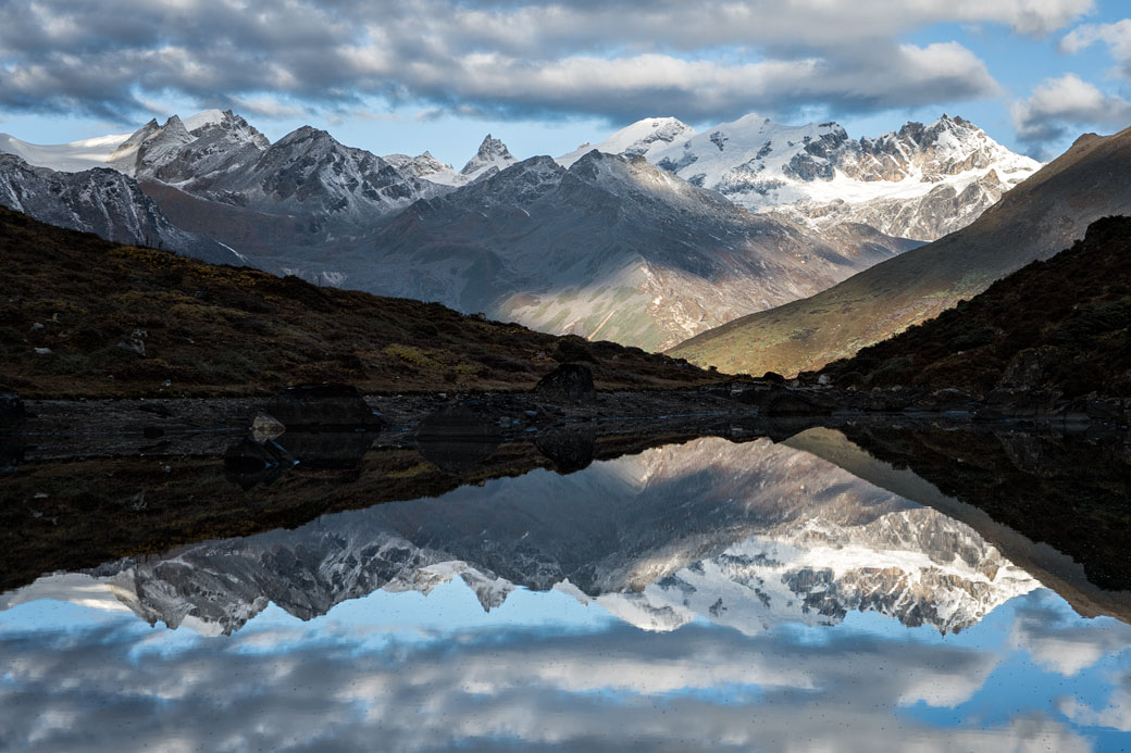 Reflet des montagnes dans un petit lac à Thrika, Bhoutan