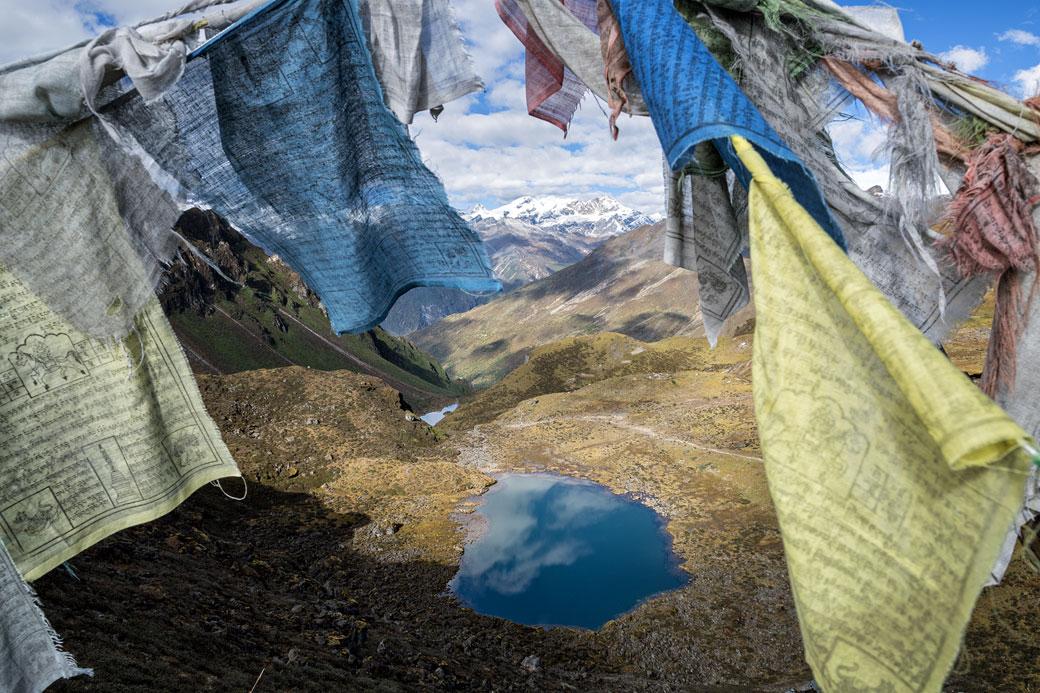 Petit lac et drapeaux de prières depuis le col de Keche La, Bhoutan