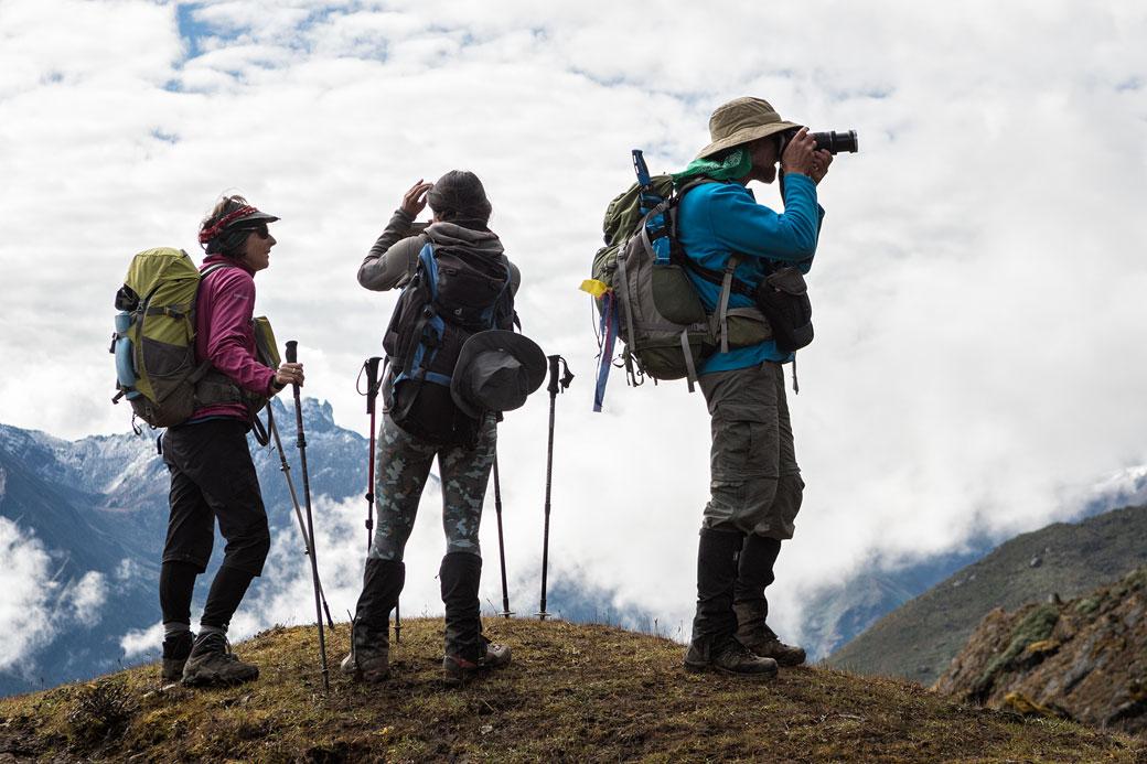 Trekkeurs qui profitent du panorama, Bhoutan