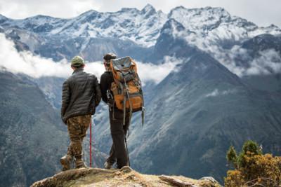 Kesang et Jigme profitent du panorama, Bhoutan