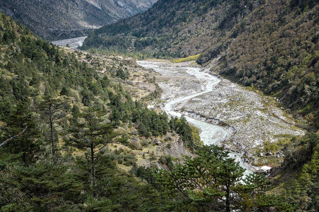 Rivière au fond de la vallée, Bhoutan