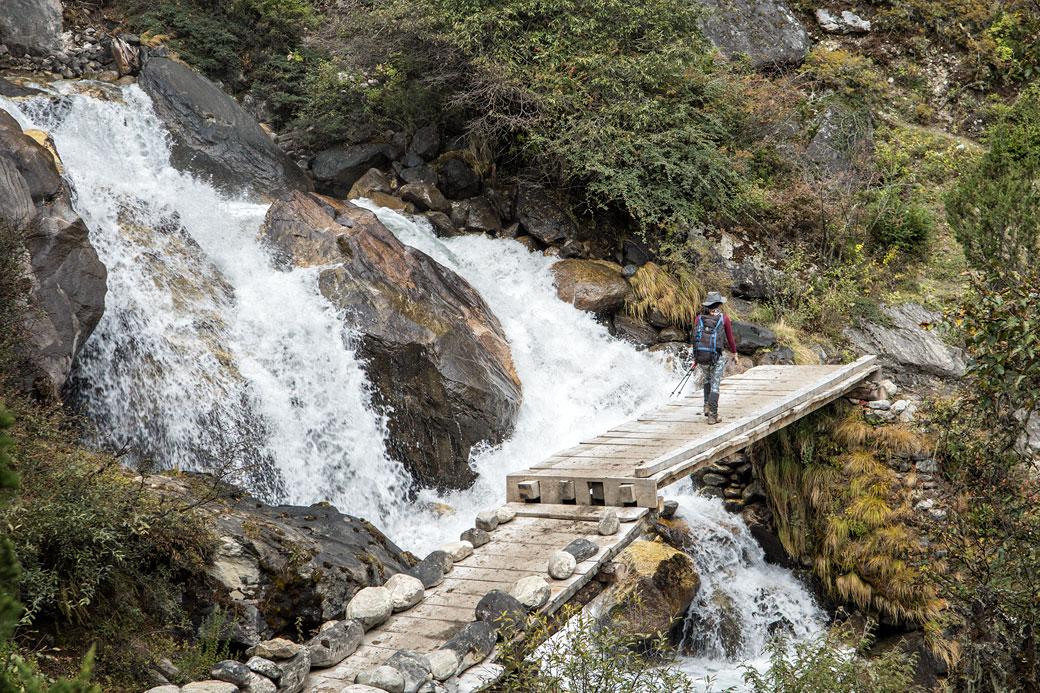 Cascades et pont en route pour Lhedi, Bhoutan