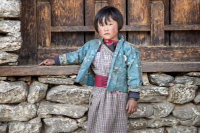 Fillette sérieuse dans le village de Lhedi, Bhoutan