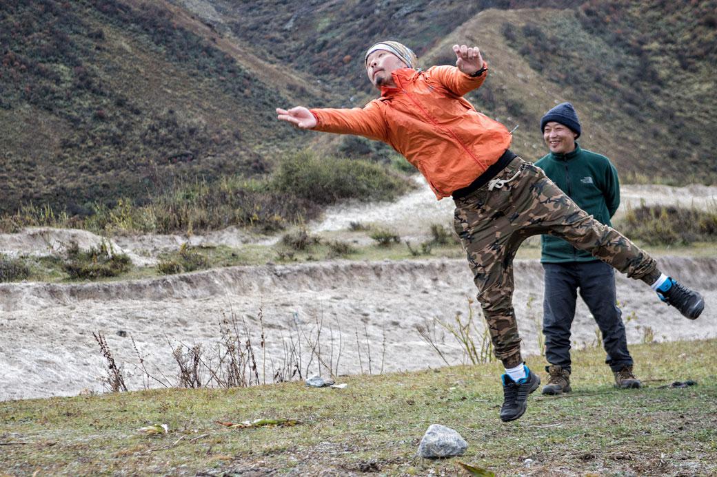 Jigme en action au jeu du dego, la pétanque bhoutanaise