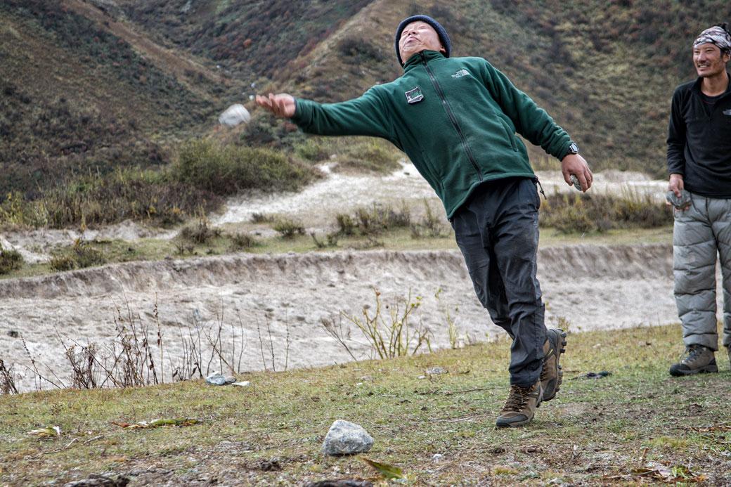 Hommes qui jouent au dego à Chozo, Bhoutan