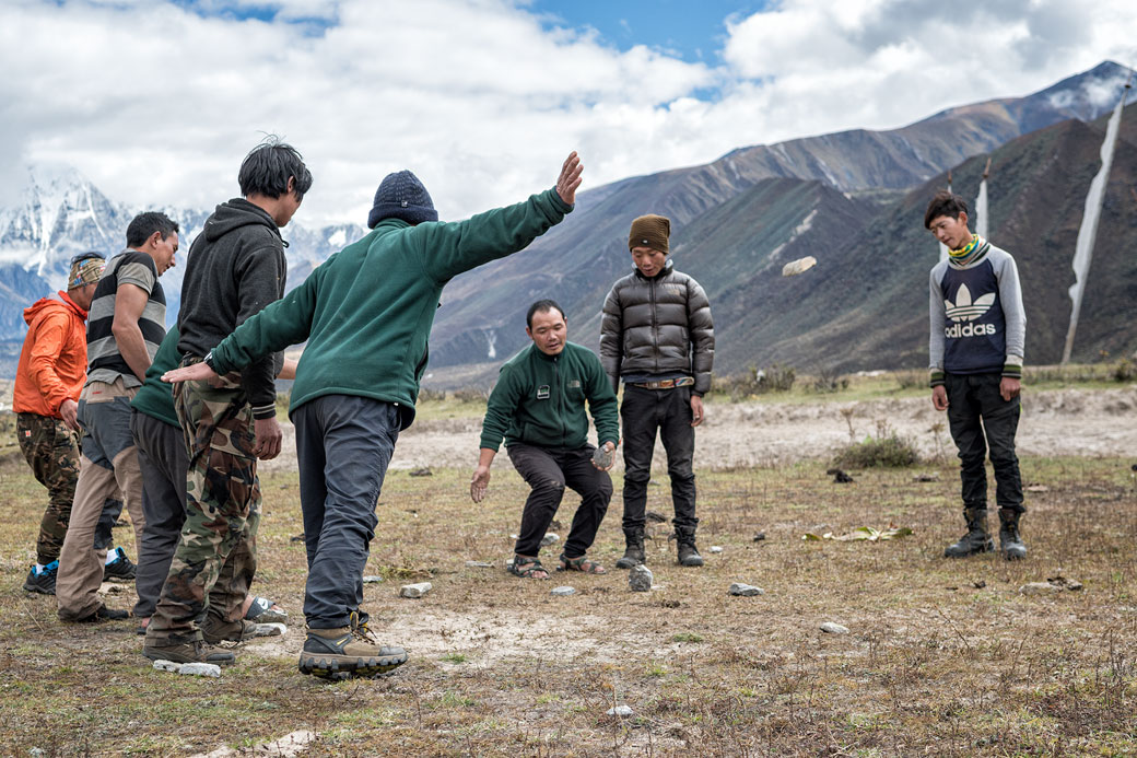 Hommes lors du jeu du dego, Bhoutan