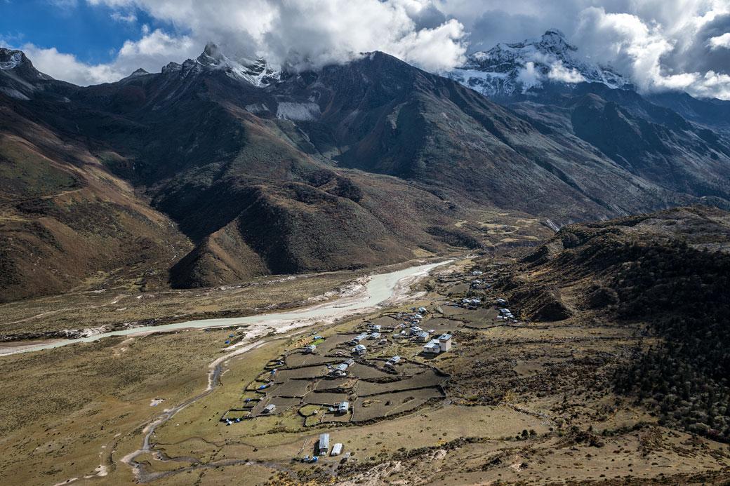 Le village reculé de Chozo et ses montagnes, Bhoutan
