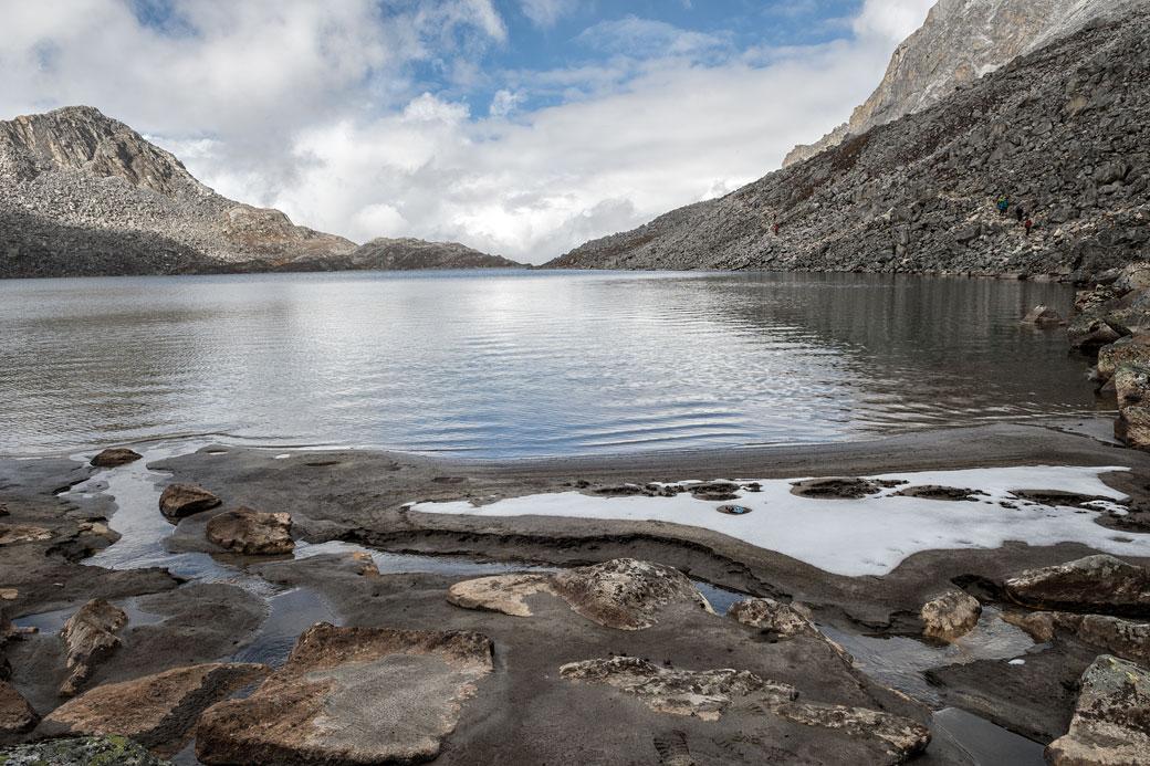 Au bord d'un lac près du col de Sintia La, Bhoutan
