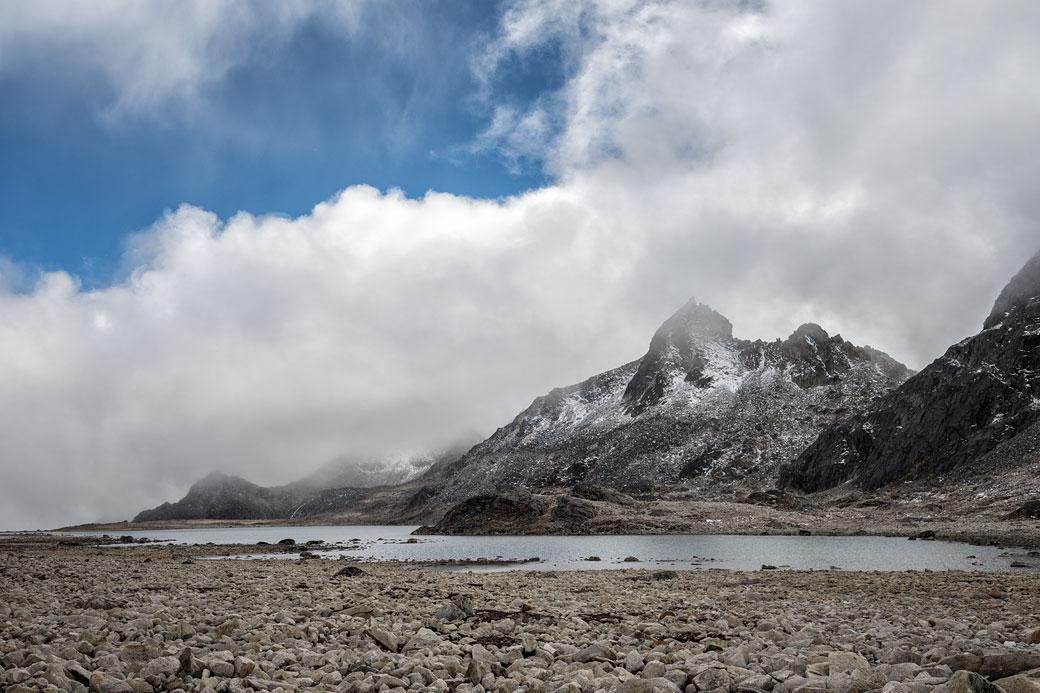 Lac et nuages en route pour Tshochena, Bhoutan