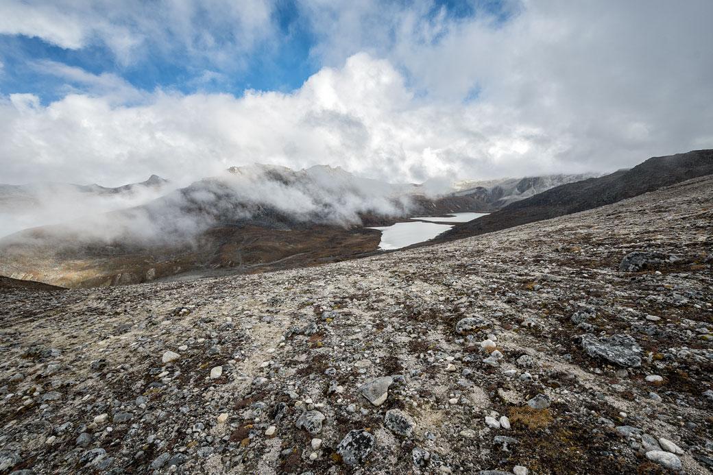 Lac et nuages près de Tshochena, Bhoutan