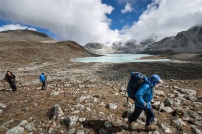 Trekkeurs et lac près du col de Loju La, Bhoutan