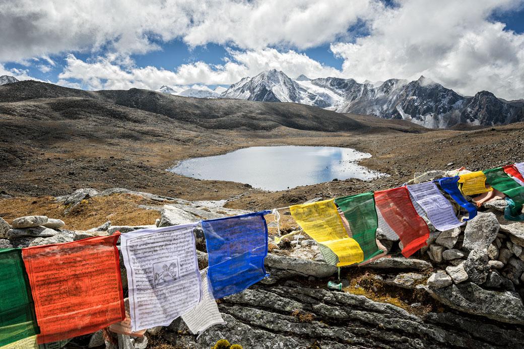 Drapeaux de prières et lac au col de Loju La, Bhoutan