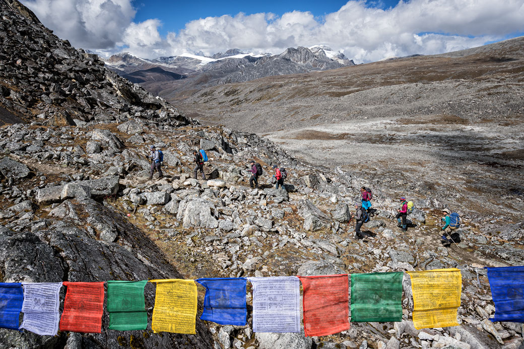 Trekkeurs qui arrivent au col de Loju La, Bhoutan