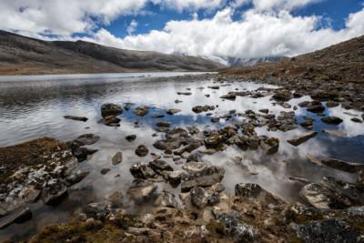 Petit lac d'altitude en route pour Jichu Dramo, Bhoutan
