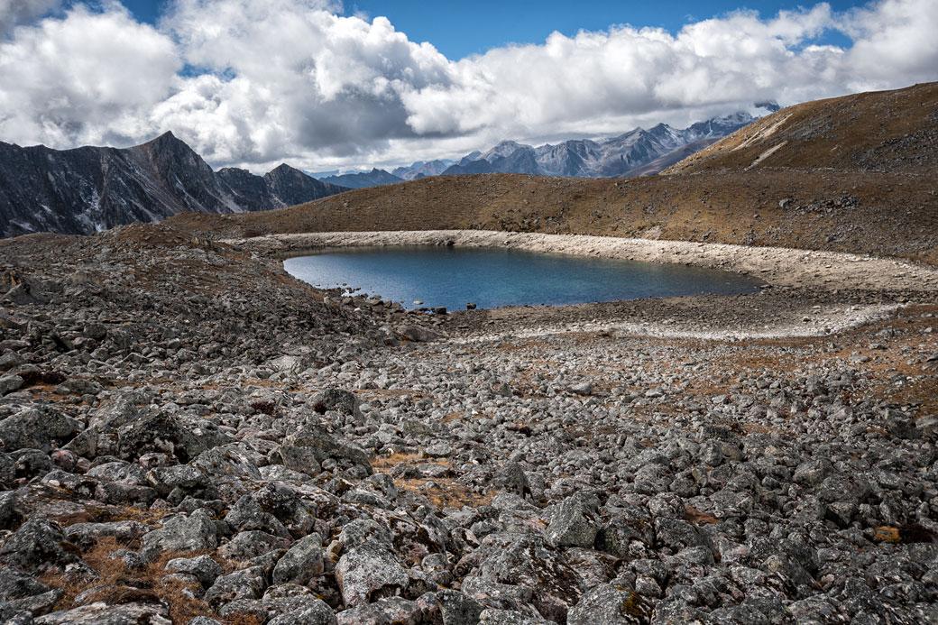 Lac et montagnes en route pour Jichu Dramo, Bhoutan