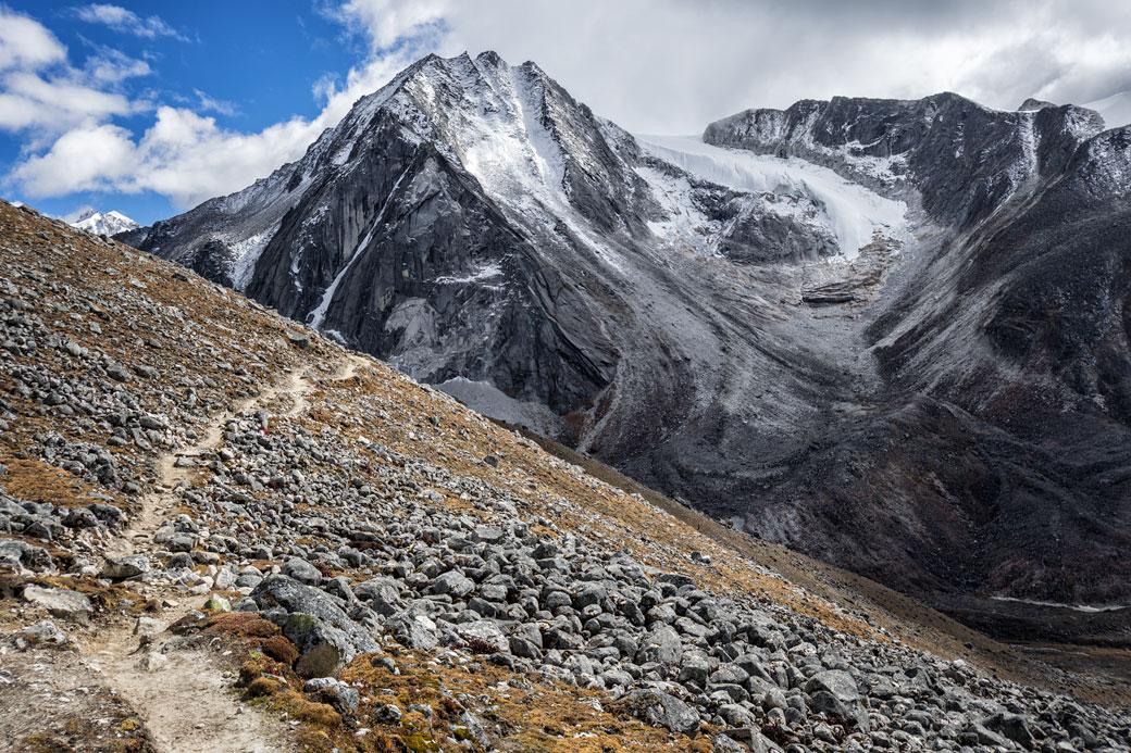 Sentier et sommet anonyme en route pour Jichu Dramo, Bhoutan