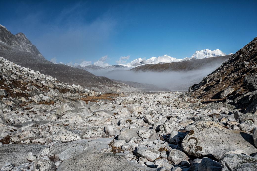 Rochers et montagnes en route pour Rinche Zoe La, Bhoutan