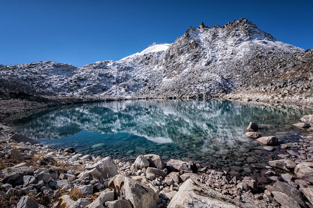 Lac et sommet enneigé près de Rinchen Zoe La, Bhoutan