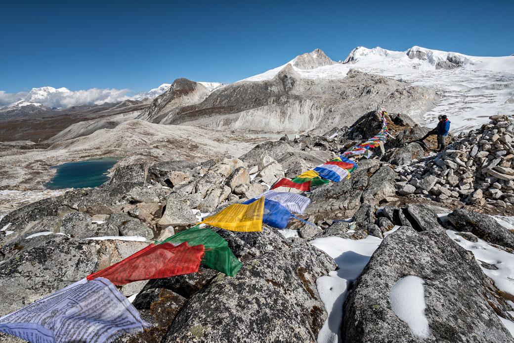 Drapeaux de prière et lac d'altitude depuis Rinchen Zoe La, Bhoutan