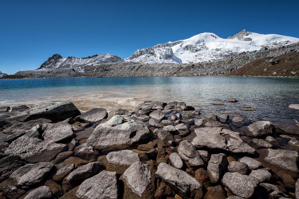 Lac et montagnes entre Rinchen Zoe La et Chukarpo, Bhoutan